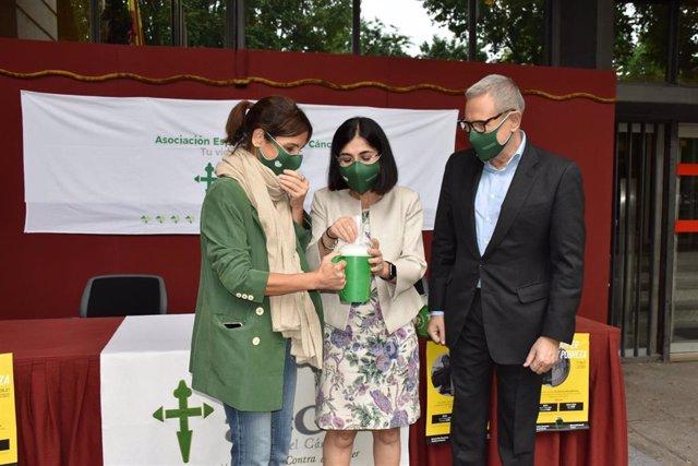 La ministra de Sanidad, Carolina Darias, participa en la cuestación de la AECC para colaborar en la lucha contra el cáncer