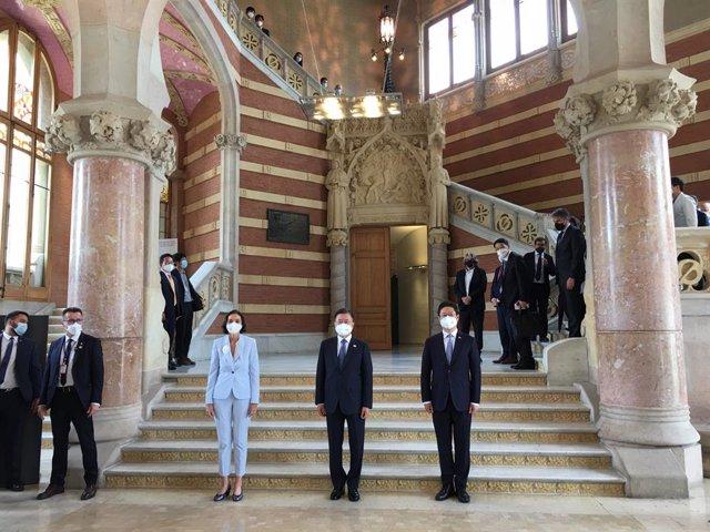 La ministra d'Indústria, Comerç i Turisme, Reyes Maroto i el president de Corea del Sud, Moon Jae-in (centre)