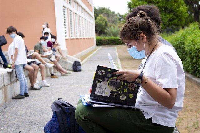 Estudiantes en el campus de la UPO antes de examinarse de la PEvAU