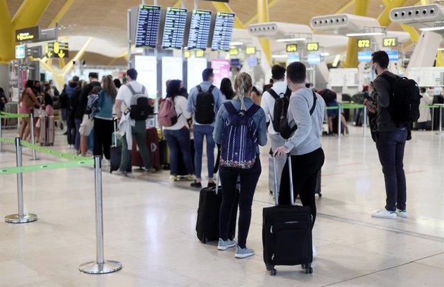 Varios pasajeros en la terminal T4 del Aeropuerto Adolfo Suárez - Madrid Barajas.