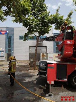 Imatge dels bombers treballant en l'incendi de Vilanova i la Geltrú.