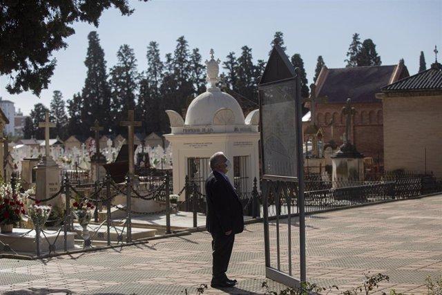 Archivo - Visitantes en el Cementerio de San Fernando.