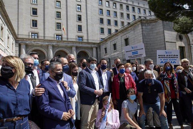 El presidente del PP de Murcia, Fernando López Miras (c- camisa blanca); y el secretario general del PP, Teodoro García Egea (a su derecha), posan en una fotografía durante una manifestación con motivo del recorte de caudal del Trasvase Tajo-Segura en la