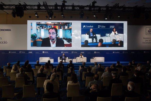 La presidenta de la Comissió Nacional dels Mercats i la Competència (CNMC), Cani Fernández , i l'economista del MIT Daron Acemoglu durant la XXXVI Reunió Anual del Cercle d'Economia.