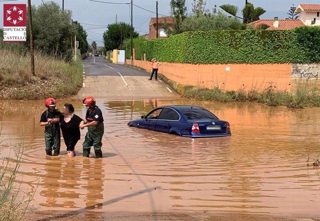 Bomberos rescatando a una persona