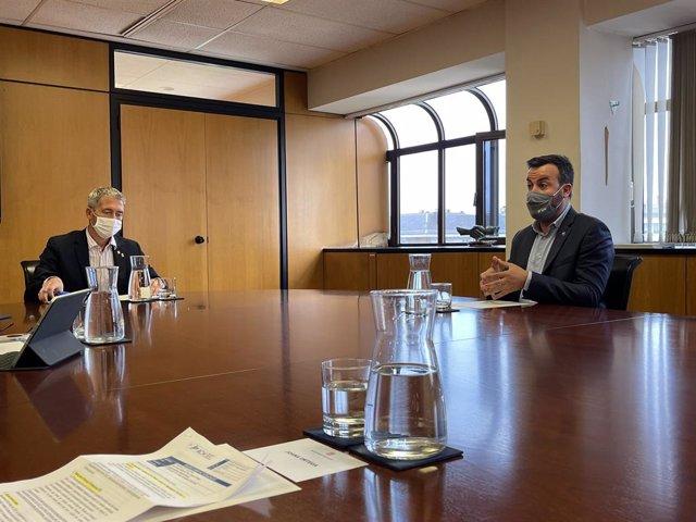 El nou conseller d'Educació, Josep Gonzàlez Cambray, i el president de l'Associació Catalana de Municipis (ACM) i alcalde de Deltebre (Tarragona), Lluís Soler.