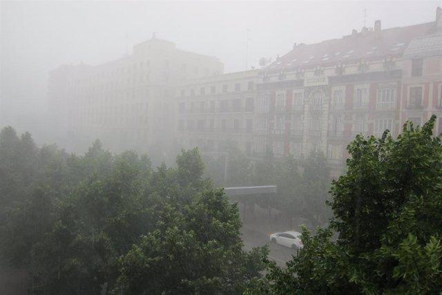 Los bomberos de Zaragoza reciben unos 50 avisos por la fuerte tormenta caída esta tarde en la ciudad.
