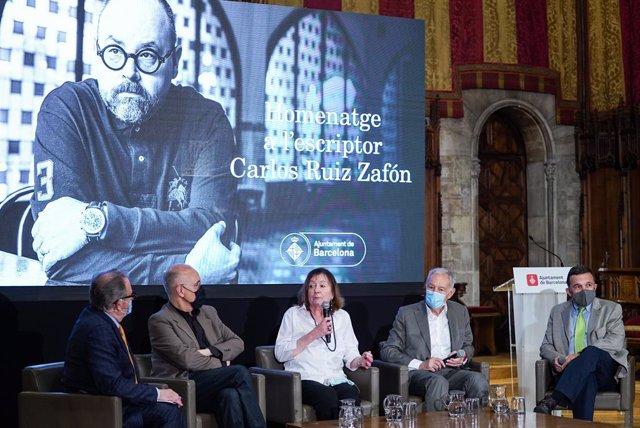 Josep Cuní, Sergi Doria, Antonia Kerrigan, Eduardo Mendoza i Sergio Vila-Sanjuán, en l'homenatge a Carlos Ruiz Zafón a Barcelona