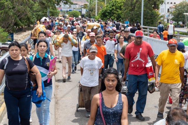Grupo de migrantes venezolanos cruzan la frontera con Colombia en Cúcuta, Norte de Santander.