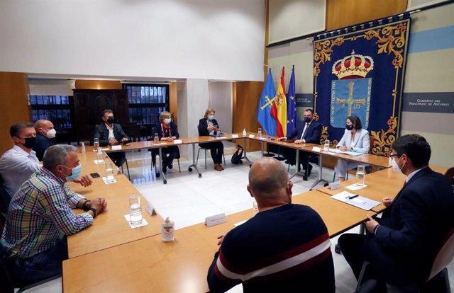 Reunión del presidente del Principado de Asturias, Adrián Barbón, y la ministra de Industria, Reyes Maroto, con representantes del comité de empresa de Alu Ibérica. En el encuentro participa también el consejero de Industria, Enrique Fernández.
