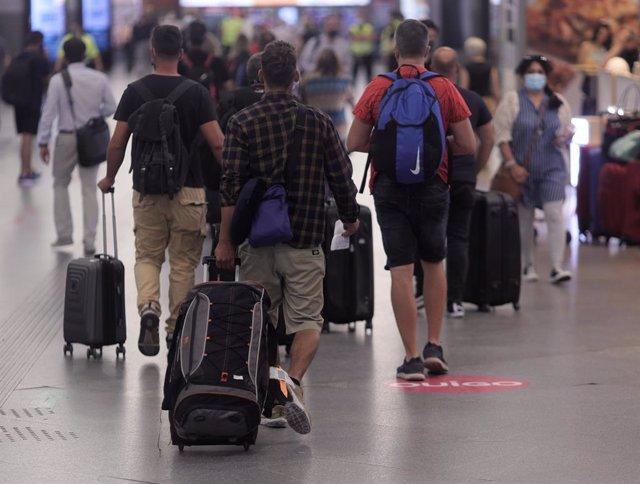 Varias personas en un pasillo de la estación de Madrid - Puerta de Atocha, a 11 de junio de 2021, en Madrid (España). El número de viajeros que optó por viajar en avión para desplazarse por el interior del país bajó un 53,4% el pasado mes de abril respect