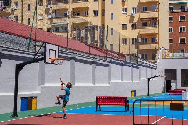 Archivo - Un niño juega en las instalaciones del CEIP Miguel de Unamuno, donde asociaciones y padres protestan por la instalación de 4 chimeneas de unas cocinas industriales frente al patio del colegio