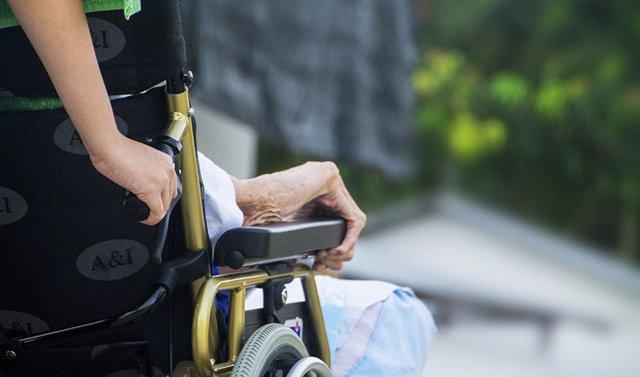 Archivo - Persona mayor en silla de rueda.