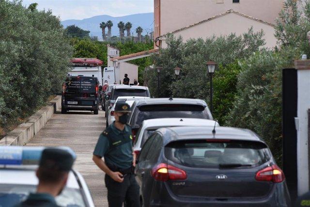 Un coche fúnebre llega a la finca de la familia de David S., detenido ayer en relación con la desaparición de la joven Wafaa
