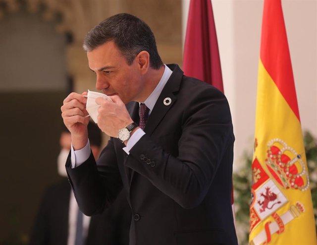 El presidente del Gobierno, Pedro Sánchez, se quita la mascarilla en la presentación del acto 'Haciendo de España un polo industrial del hidrógeno verde en Europa'.