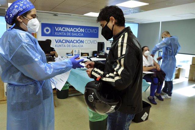 Un joven acude a recibir una dosis de la vacuna de AstraZeneca en el Complejo Hospitalario Universitario de Ourense.