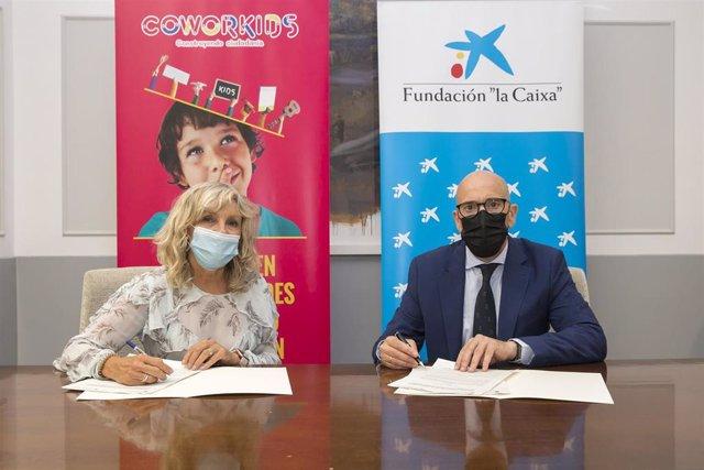 María Caballero y Javier Muñoz en la firma del convenio