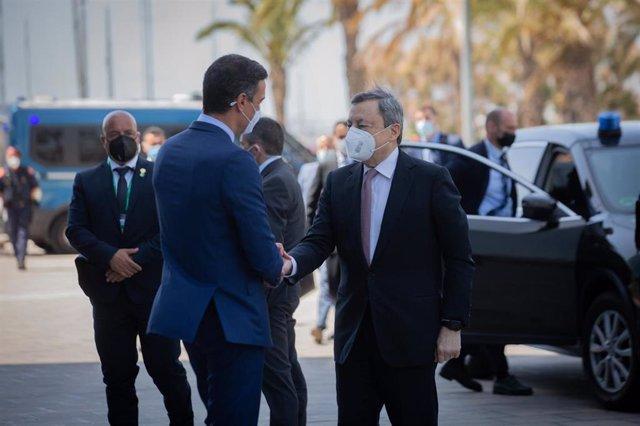El presidente del Gobierno, Pedro Sánchez, saluda al primer ministro italiano, Mario Draghi, a su llegada al Hotel W de Barcelona.