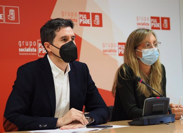 Los diputados Pablo Aragüena y Paloma Castro e una rueda de prensa en las dependencias del PSdeG en el Parlamento gallego.