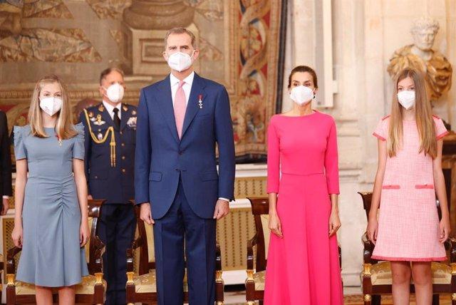 El Rey Felipe VI con la reina Letizia, la Princesa de Asturias y la Infanta Sofía en el acto de imposición de condecoraciones de la Orden del Mérito Civil, con motivo del VII aniversario de su proclamación