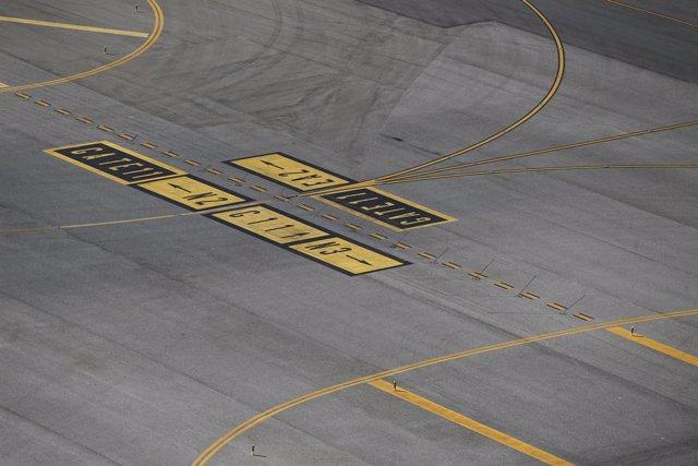 Archivo - Aeropuerto Barajas pista de aterrizaje y despegue, pista