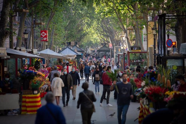 Archivo - Varias personas caminan por las Ramblas de Barcelona en el día de Sant Jordi, a 23 de abril de 2021, en Barcelona, Catalunya, (España)