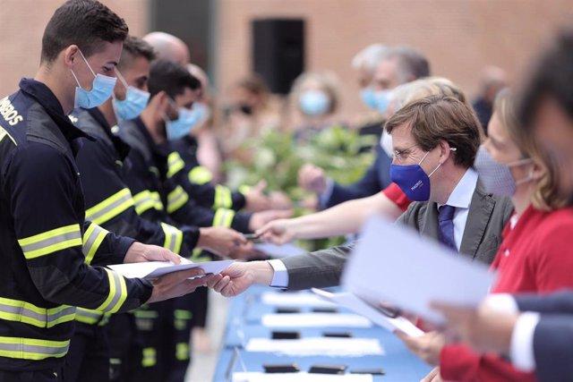 Entrega de diplomas a los 86 nuevos bomberos del Ayuntamiento.