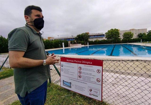 El delegado de Deportes del Ayuntamiento de Mérida, Felipe González, en la piscina del Polideportivo Guadiana
