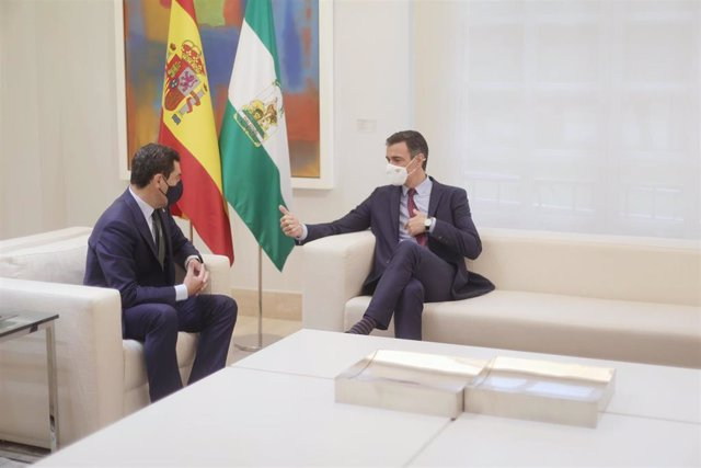 El presidente del Gobierno, Pedro Sánchez (d), durante su reunión con el presidente de la Junta de Andalucía, Juanma Moreno, en el Palacio de la Moncloa, a 17 de junio de 2021.