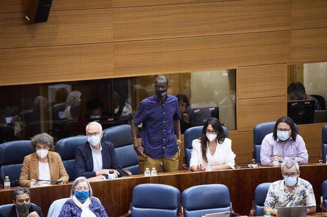 """El portavoz del sindicato de manteros y miembro de la Asociación de los Sin Papeles, Serigne Mbaye, ha lamentado el """"racismo"""" de Rocío Monasterio"""