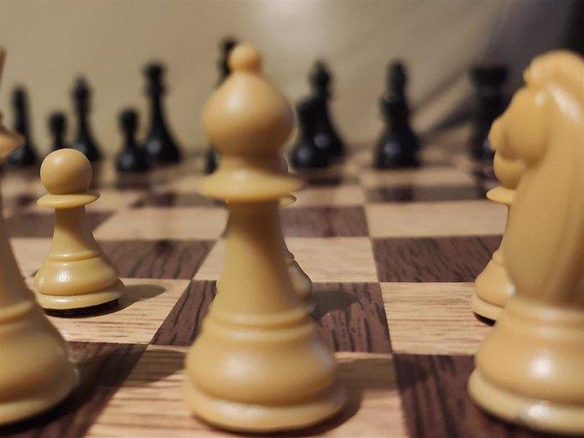Archivo - Fichas de ajedrez sobre un tablero físico, aunque este torneo se desarrollará en formato telemático (Foto de archivo)