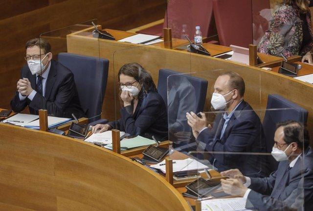Archivo - Arxive - El president de la Generalitat, Ximo Puig (i); i la vicepresidenta i portaveu del govern valencià, Mónica Oltra, durant un ple en Els Corts