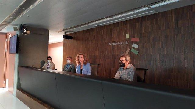 La jueza decana de Barcelona, Mercè Caso, en rueda de prensa junto a los jueces delegados de las jurisdicciones penal, de menores y de primera instancia. El 18 de junio de 2021.