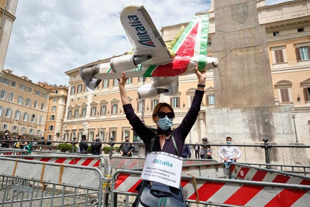 Archivo - 11 May 2021, Italy, Rome: An Italian airline Alitalia employee takes part in a protest against the government's new plan that provides for the reduction of the flight company and the change of name, in front of the Chamber of Deputies by the Lea