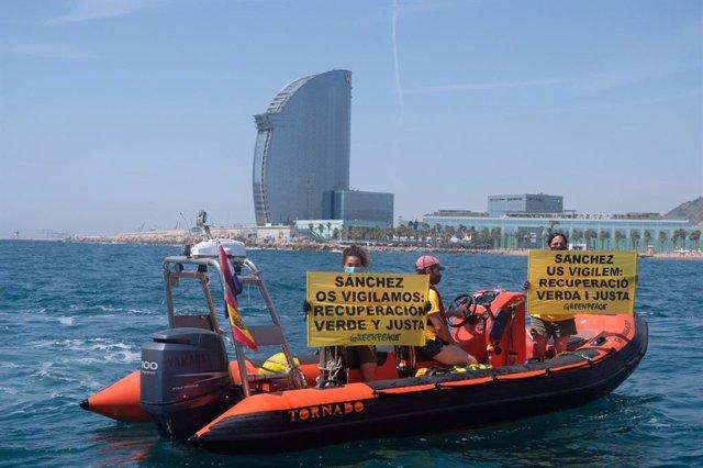 Activistes de Greenpeace en una barca prop de l'Hotel W, on el president Pedro Sánchez participa en la Va reunir del Cercle d'Economia. El 18 de juny de 2021.