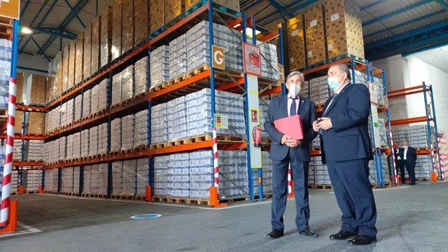 El subdelegado del Gobierno en Málaga, Teófilo Ruiz, a la derecha, en su visita a Bancosol y Cruz Roja dentro del reparto de alimentos a personas en riesgo de exclusión social.