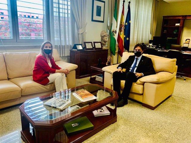 Encuentro entre la alcaldesa de Alcalá de Guadaíra, Ana Isabel Jiménez, y el rector de la Universidad Pablo de Olavide, Francisco Oliva.