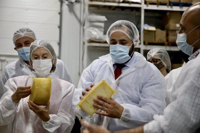 El presidente regional del PP, Paco Núñez durante su visita a la fábrica de quesos Don Apolonio de la localidad ciudadrealeña de Malagón