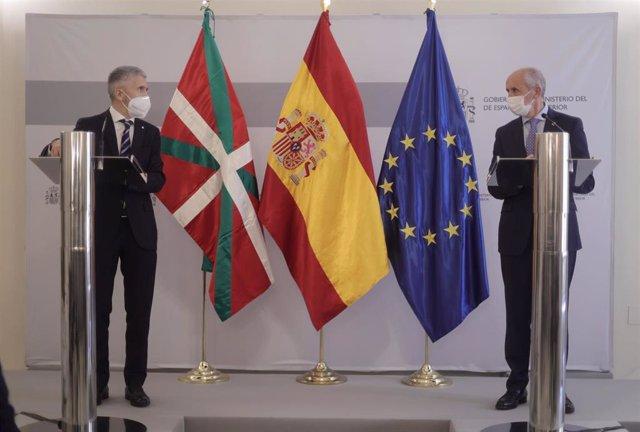 El ministro del Interior, Fernando Grande-Marlaska (1d), y el vicelehendakari primero y consejero de Seguridad del País Vasco, Josu Erkoreka (2i), ofrecen una rueda de prensa tras la reunión de la Junta de Seguridad