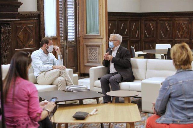 Reunión entre el alcalde de Valladolid, Óscar Puente (izda), y el de Valencia, Joan Ribó (dcha).