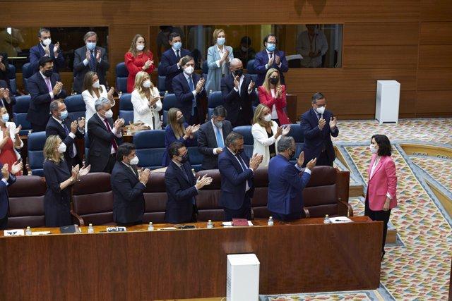 La presidenta en funciones de la Comunidad de Madrid, Isabel Díaz Ayuso, es aplaudida tras informar de la formación de su equipo de gobierno en la segunda sesión del pleno