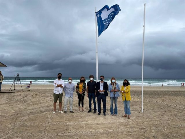 Izado de la Bandera Azul en la playa de Zahara de los Atunes.