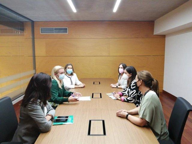 La directora del Instituto Andaluz de la Mujer (IAM), Laura Fernández, durante la reunión con la alcaldesa de San Fernando, Patricia Cavada.