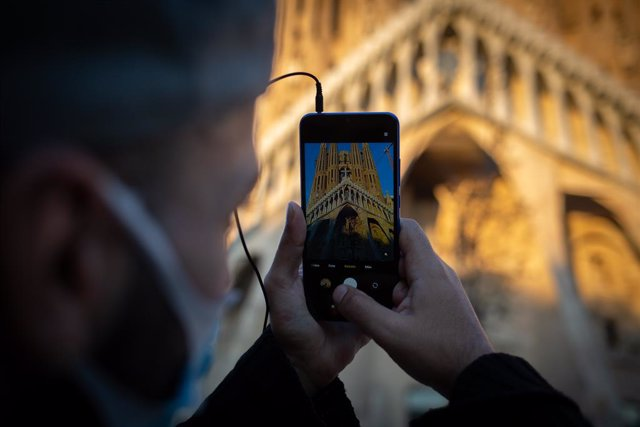 Archivo - Arxiu - Un home fa fotos a la Sagrada Família de Barcelona.