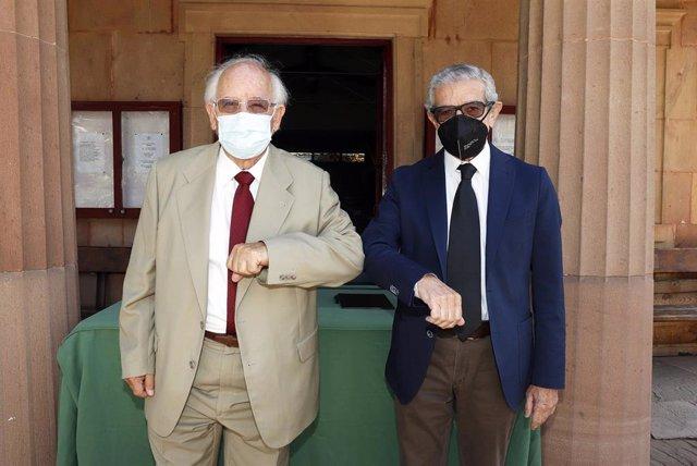 Raulio Medel, presidente de Fundación Unicaja, y Bruce McIntyre, presidente de Fundación Cementerio Inglés de Málaga, durante la firma de un convenio