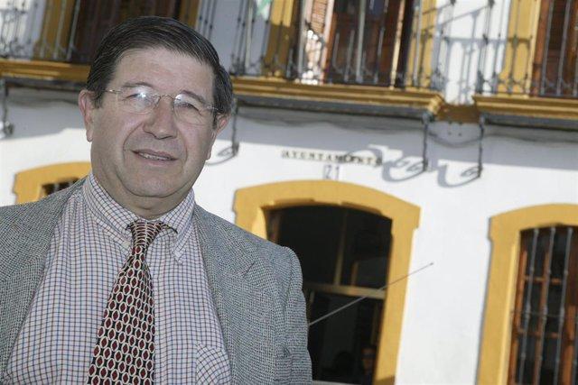 Archivo - Valeriano Ruiz ante el Ayuntamiento de Mairena