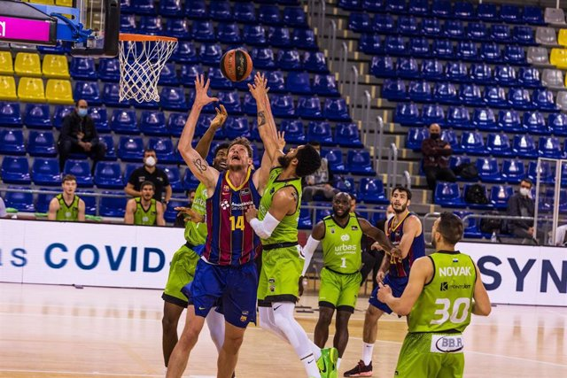Archivo - Artem Pustovyi of Fc Barcelona fights for the ball with Melo Trimble of Urbas Fuenlabrada during the Liga Endesa ACB match between FC Barcelona and Urbas Fuenlabrada at Palau Blaugrana on March 28, 2021 in Barcelona, Spain.
