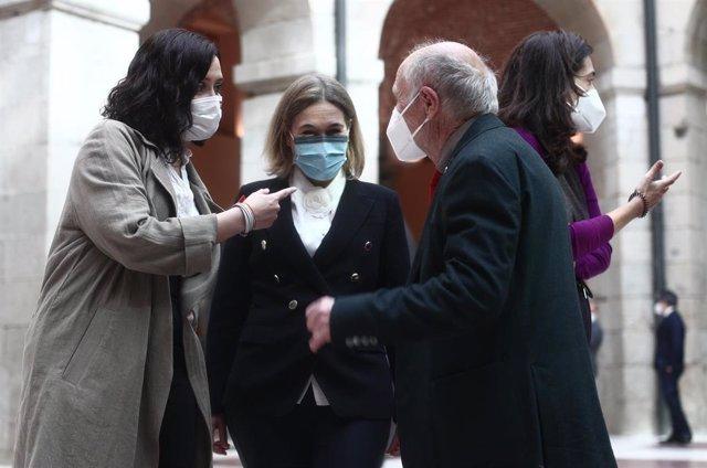 Archivo - La presidenta de la Comunidad de Madrid, Isabel Díaz Ayuso, conversa con la ex consejera de Cultura, Turismo y Deporte de la Comunidad de Madrid, Marta Rivera de la Cruz.