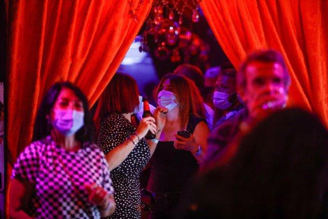 Arxiu - Algunes persones surten del bar Evelasting Love al carrer Primer de Maig durant l'assaig clínic a Sitges.