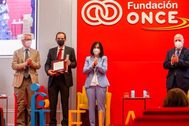 (I-D) El secretario de Estado de Educación, Alejandro Tiana;  el ganador del XVII Premio FIAPAS, Luis Lassalleta; la ministra de Sanidad, Carolina Darias, y el presidente de FIAPAS, José Luis Aedo.